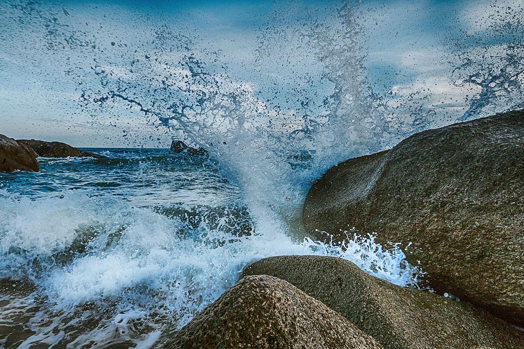 Natur pur am Lamai Beach auf Koh Samui. Die Brandung des Meeres schlägt gegen die schroffen Felsen-Fotos kostenlos downloaden bei www.mjpics.de