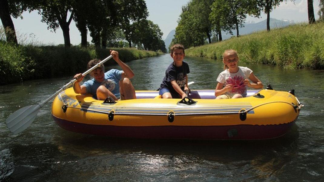 Schlauchboot auf dem Rheintaler Binnenkanal - (c) myswitzerland.com (im Schlauchboot auf Flüssen unterwegs)