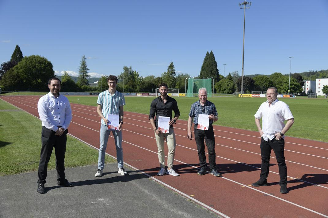 vlnr: Pascal Zünd (Mitglied Sportkommission), Lukas Kauflin, Samuel Weber, Peter Brühlmann (geehrte Sportler), Peter Siegrist (Stadtrat und Vorsitz Sportkommission)