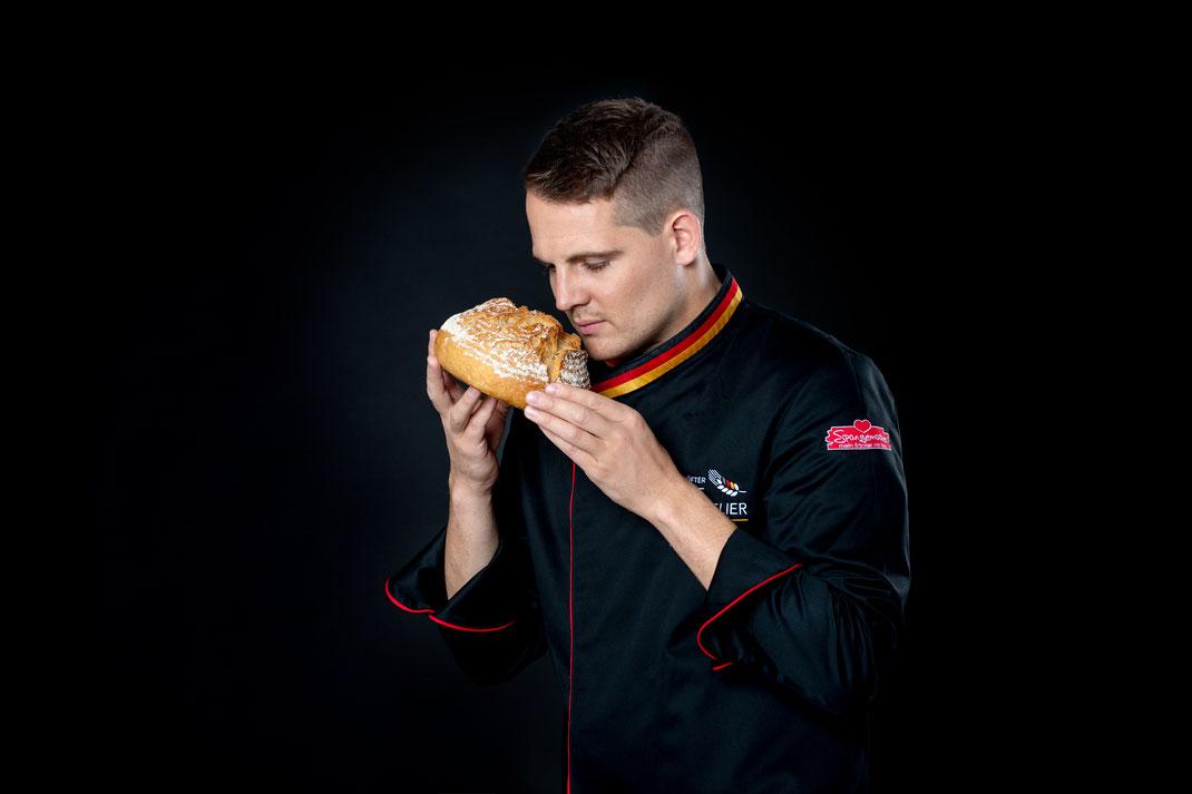 der geprüfte Brot-Sommelier Manuel Spangemacher beim Geruchstest