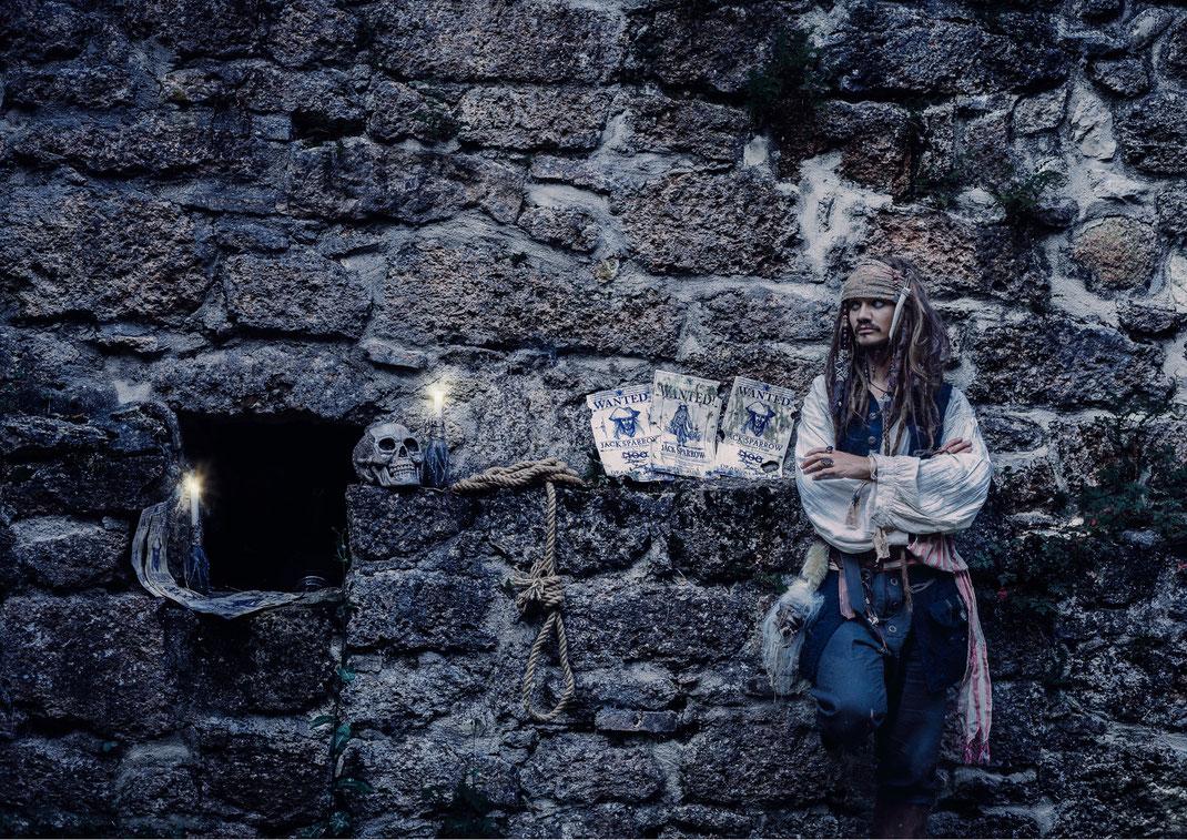 Captain Jack Sparrow Cosplay Fluch der Karibik Pirat pirates of the caribbean Mühlbachtal Tengen Singen Bodenseehinterland Wasserfall Äffchen Kompass Kostüm  Fotografie Fotograf Fotoshooting Fantasy  Fine Art Vogt Ravensburg Wangen Allgäu