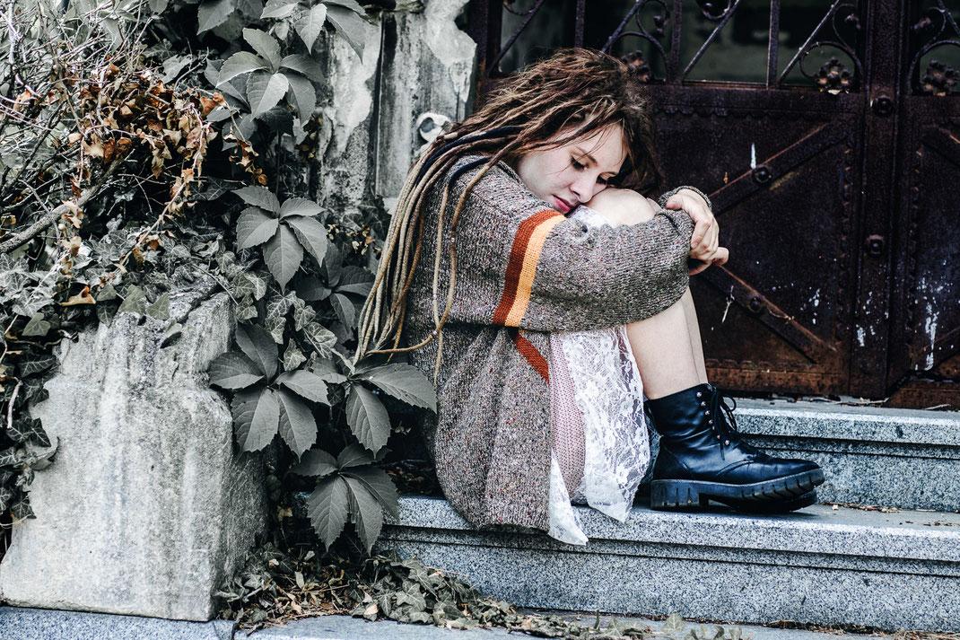 Zentralfriedhof Portrait Fotografie Fotograf Wien Vogt Wangen Ravensburg Fine Art  Outdoor Portraitfotografie  Boho weißes Kleid Dreadlocks Dreads verträumt moody  stimmungsvoll melancholisch nachdenklich