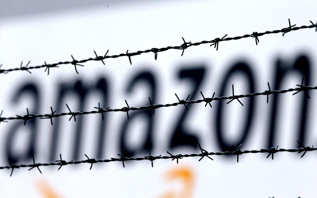 Das Amazon-Logo hinter Stacheldraht am Vertriebszentrum in Rheinberg, Deutschland. (Foto: AP)