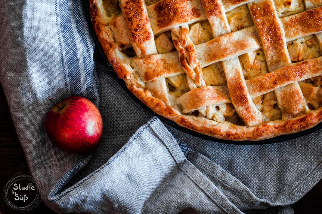 Rezept für einen gedeckten Apfelkuchen mit Schmand und Vanille