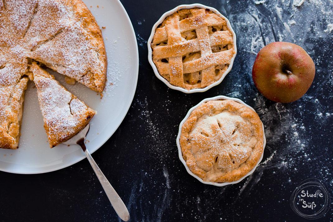 Apple Pie, gedeckter Apfelkuchen mit Schmand und Vanille