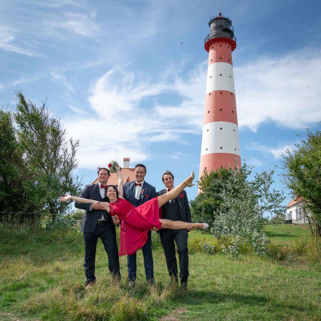 Heiraten auf dem Leuchtturm, Leuchtturmhochzeit, Westerhever Leuchtturm, Brautpaar, Trauzeugen, Hochzeitsfotograf Westerhever Leuchtturm
