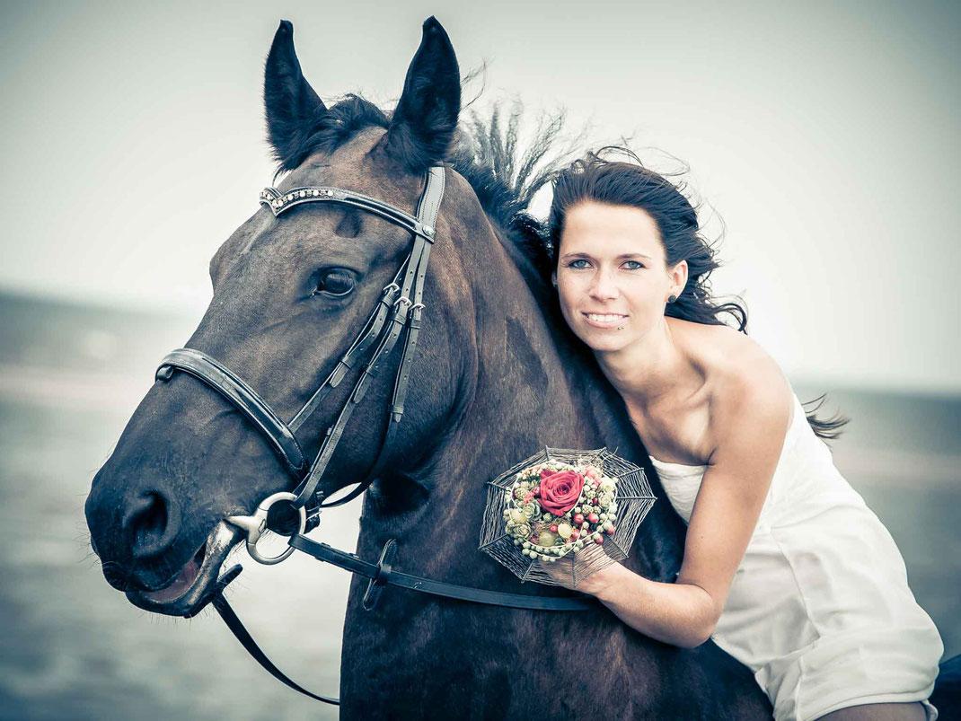 pferd, st. peter-ording, brautstraß, braut, meer, schwarz, mobbys-pics.com, hochzeitsfotos, fotograf st. peter-ording
