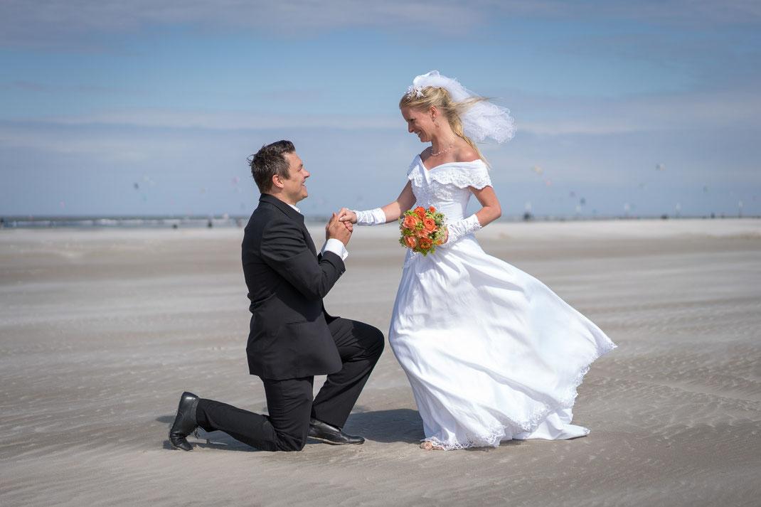 after wedding shooting, fotograf hochzeit, hochzeitsfotogaf st. peter-ording, hochzeitsbilder, brautpaar, strand, dünen, nordsee, heiraten in st. peter-ording, heiratsantrag