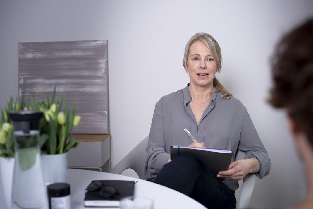 Christiane Rademann, emTrace Emotionscoach, in einer Coachingsituation