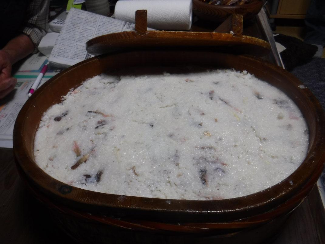 小判型のすし桶でつけこまれた鮎のクサレズシ