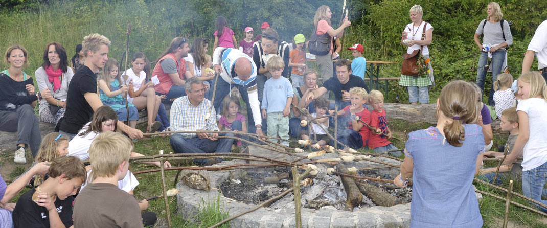 Stockbrotbacken am Lagerfeuer auf der Fuchsenwiese beim Fuchsenwiesensommerfest