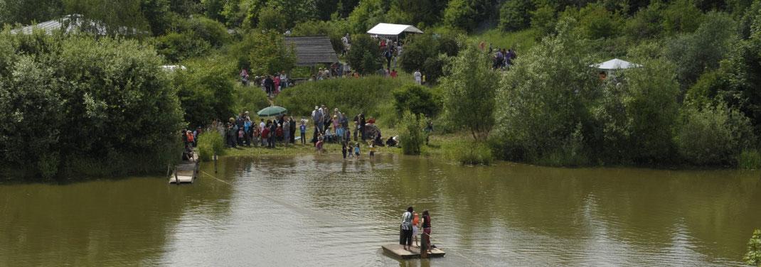 Blick über den Teich auf das Umweltbildungsgelände der Umweltstation Fuchsenwiese