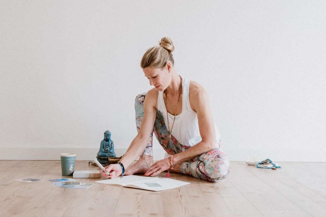 Vorbereitung zur Yogastunde von hello-balance