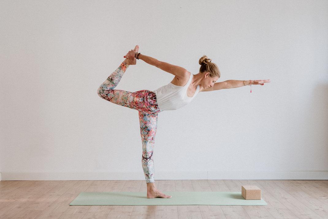 """Die Haltung des """"Tänzers"""" - im Yogastudio - hello-balance"""