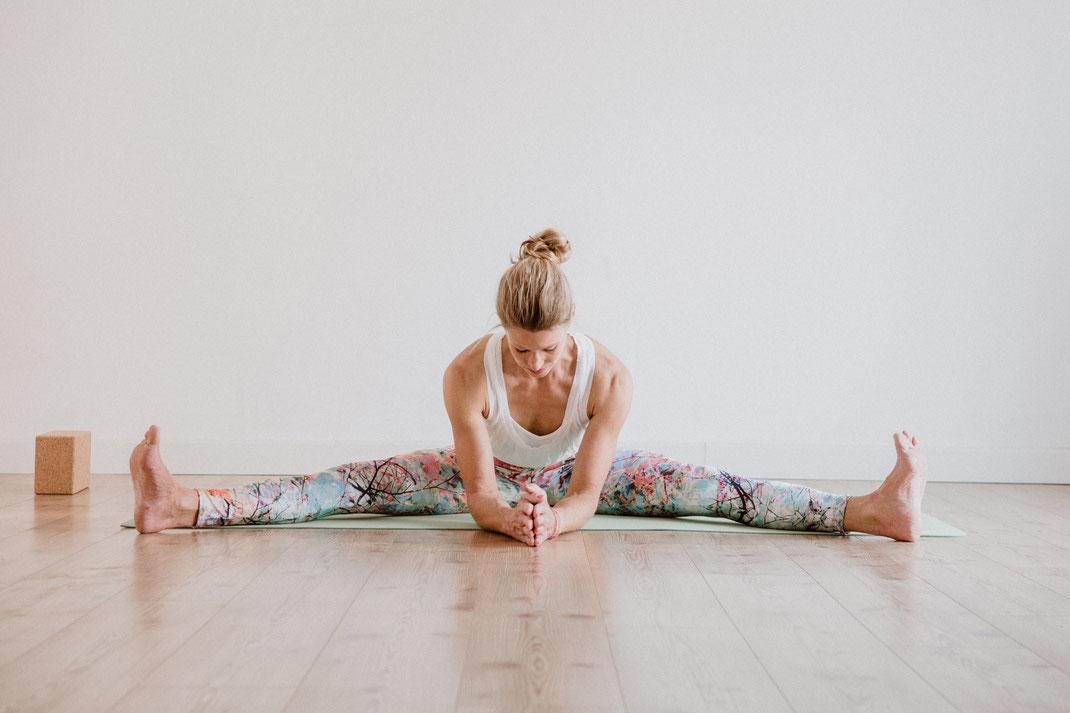Im Yogastudio: Upavishta Konasana - hello-balance