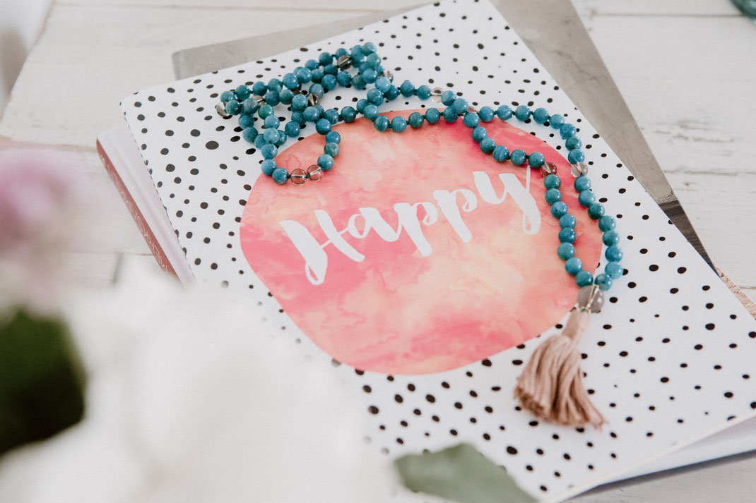 Notizbuch Happy und türkisfarbene Mala mit Quaste von hello-balance