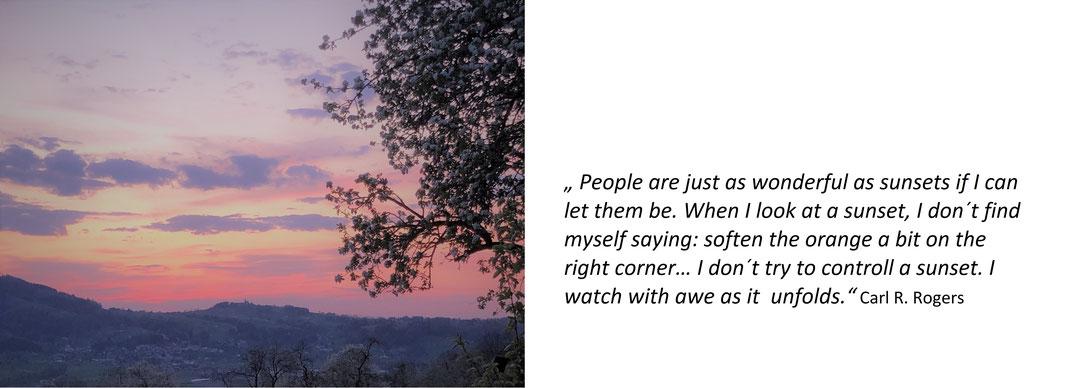 Hier ist ein Foto eines Sonnenuntergangs mit einem dazu passendem Zitat von Carl R. Rogers.
