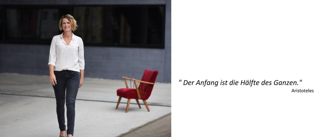 """Hier ist ein Porträt von Elke Prühlinger, personzentrierte Psychotherapeutin in Ausbildung unter Supervision zum Thema """"Kontakt"""". Dazu ein passendes Zitat von Aristoteles."""