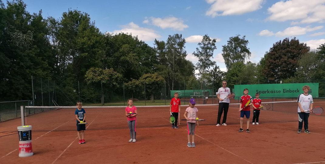 Das Foto zeigt den Trainer im Kreise einer Trainingsgruppe.
