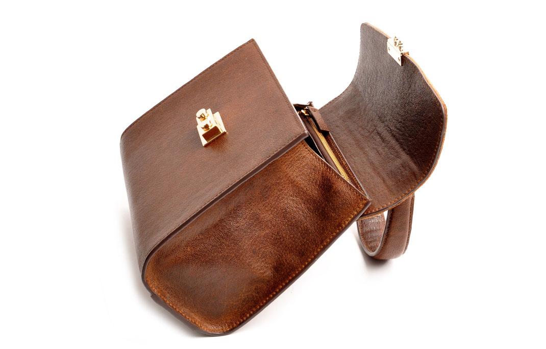 Online-Shop OWA Tracht  exklusive  Dirndltasche CLOE versandkostenfrei kaufen. Hochwertiges Leder. Handlebag . Shoulderbag . Minibag . Detailansicht offen