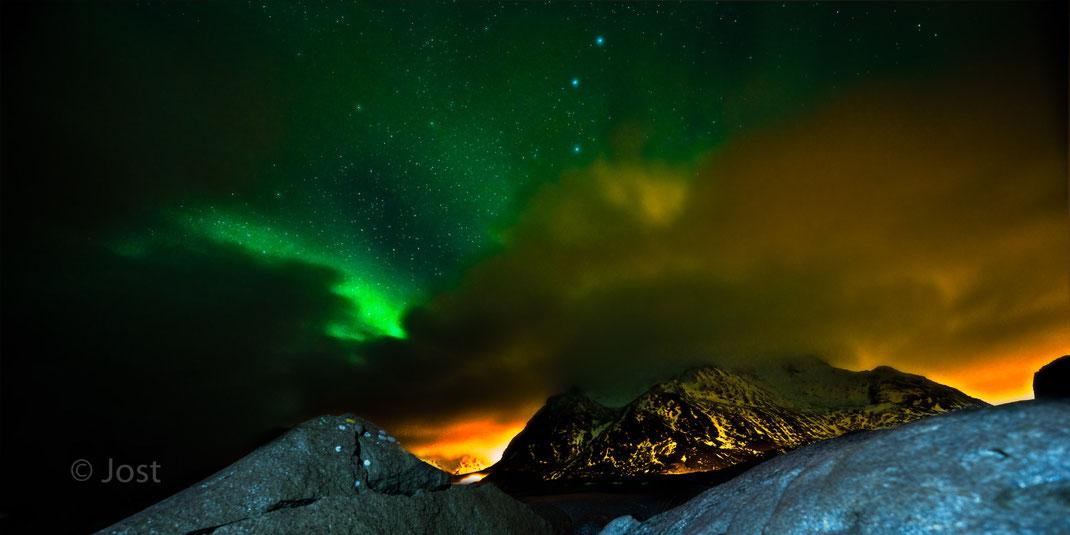 Polarlicht vor Bergpanorama
