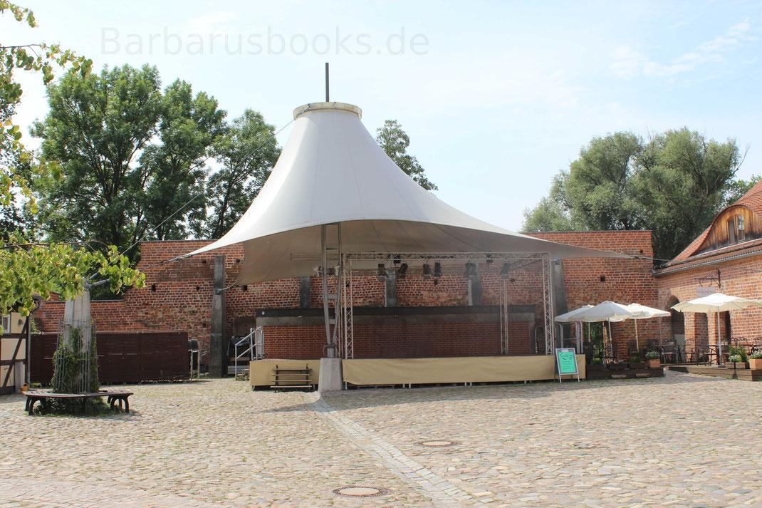 Bühnenaufbau im Hof der Burg. Sie wird auch für Festveranstaltungen genutzt.