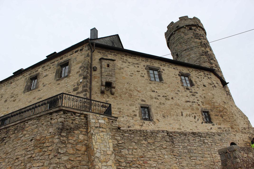 Palas mit dem Burgfried und sichtbarem Aborterker (Toilette), ähnlich wie bei Burg Storkow
