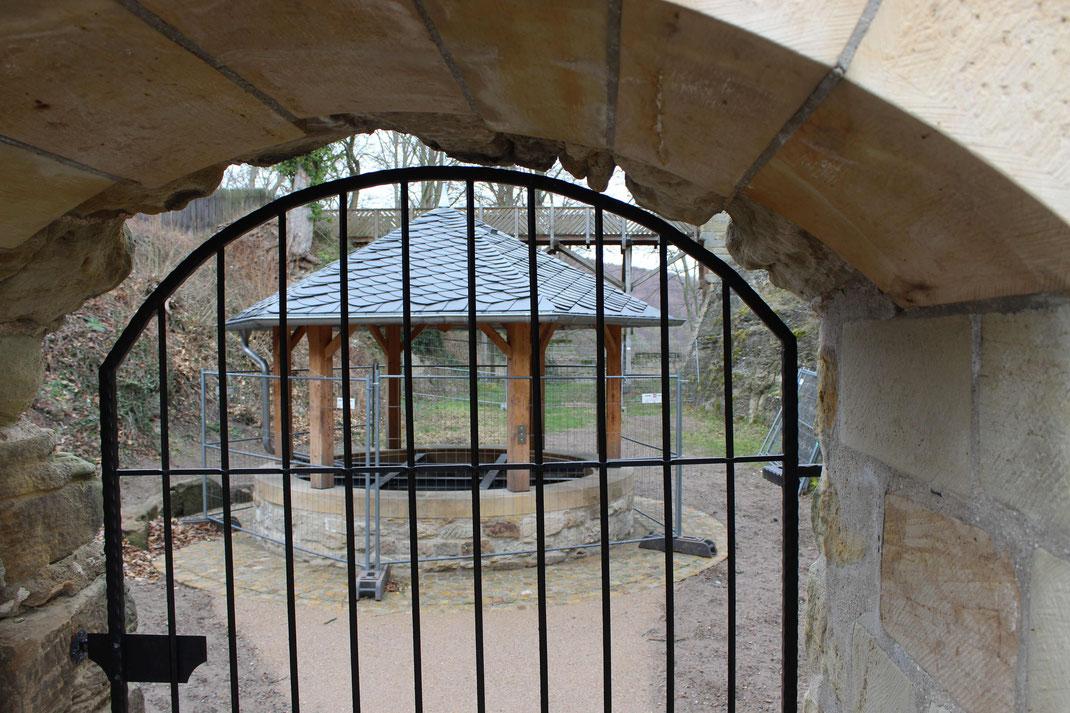 Restaurierter Brunnen im Burghof.