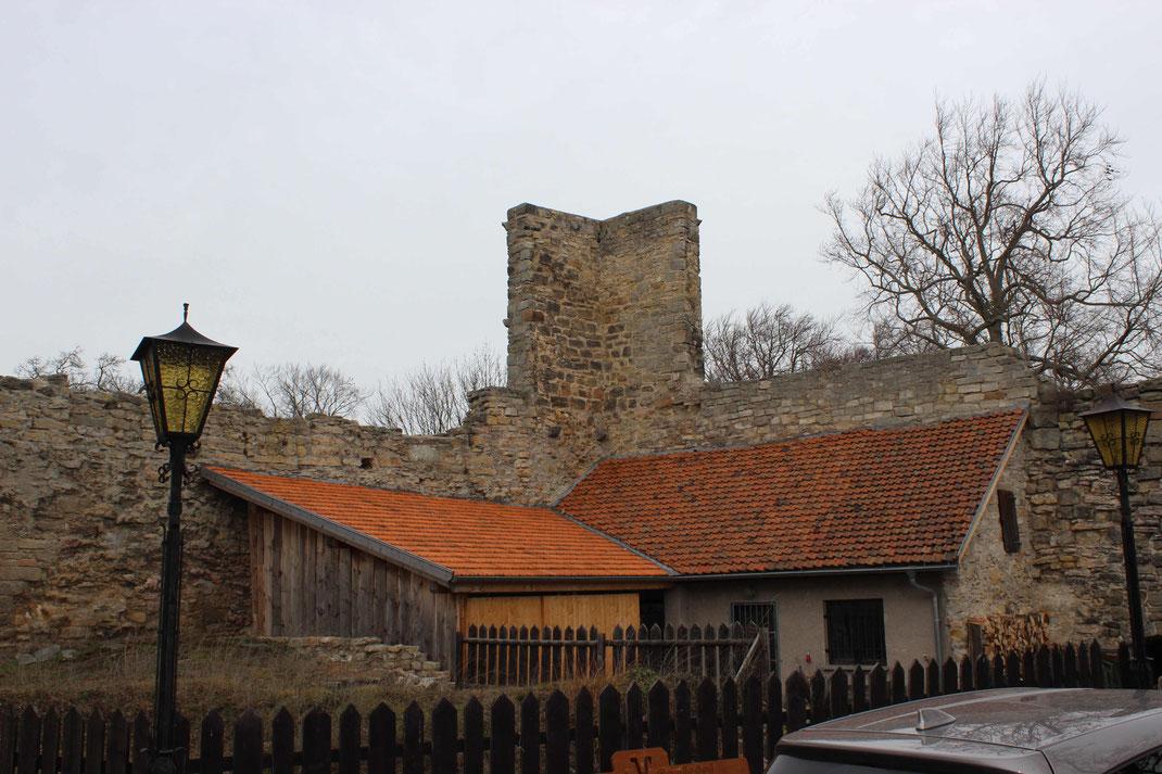 Wirtschaftsgebäude auf der Greifenstein. Die Schlosskirche musste 1984 gesprengt werden und soll in den nächsten Jahren originalgetreu wiederaufgebaut werden.