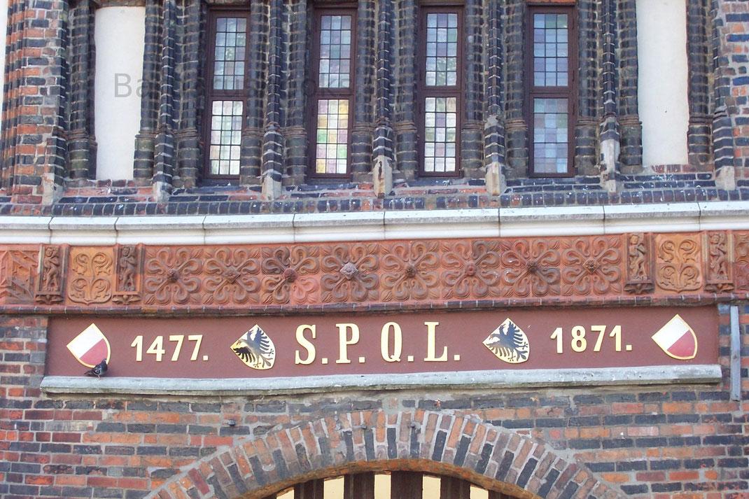 Das folgende große Tor ist anno 1585 erbaut, auch anno 1710 erneuert und mit goldenen Buchstaben daran geschrieben worden: Domi concordia et foris pax altissimi und ist dasselbe anno 1695 renoviert, wie auch anno 1684 das Ravelin vor der Brücke verfertigt