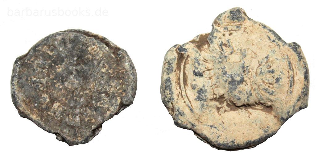 Zwei Bleiplomben. Auf der rechten Plombe ist ein hoheitliches Wappen zu erkennen.