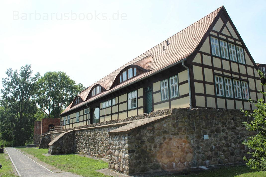 Ansicht der Ostseite der Burg. Im Fachwerkhaus ist heute die Stadtbibliothek von Storkow untergebracht.
