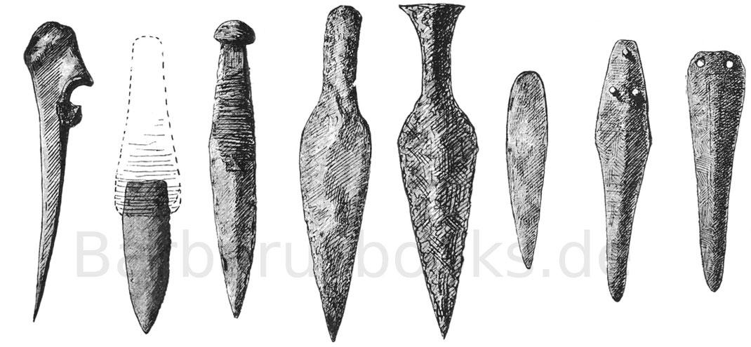 Links Knochendolch, Feuersteindolchklingen, rechts drei Bronzeklingen