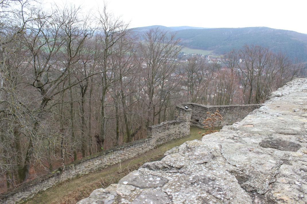 Weitere Ansicht der äußeren Ringmauer mit offenen Schützenturm.