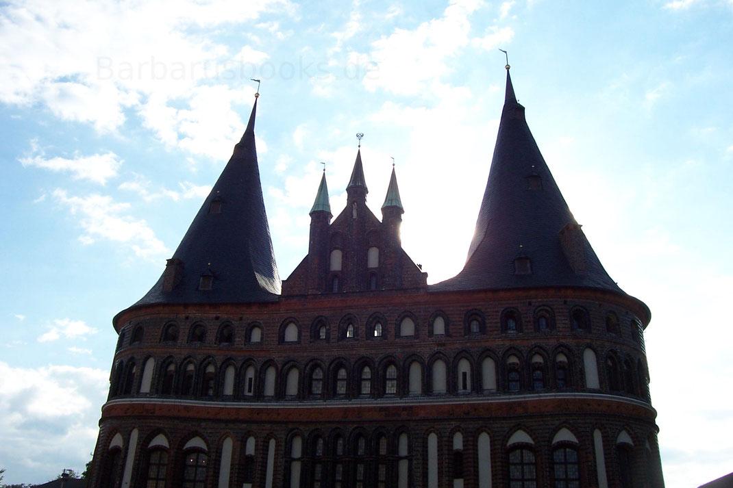 Das Hostentor ist das letzte übrig gebliebene Stadttor von Lübeck und stand ursprünglich auch vor einer Abtragung.