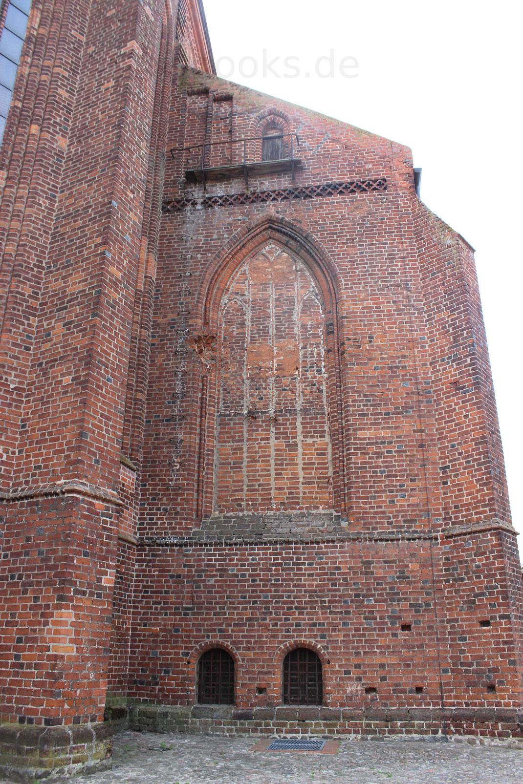 Die vierschiffige Hallenkirche wurde ab 1370 gebaut und im Zweiten Weltkrieg stark zerstört