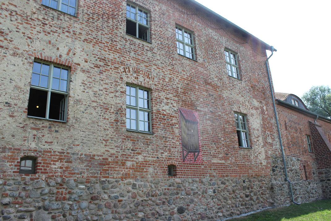 An der Stelle des Plakates war früher eine Burgtoilette, sogenannte Aborterker. Insgesamt gab es fünf Burgtoiletten. Die Notdurft fiel in den Burggraben oder auf die Burgwiese.