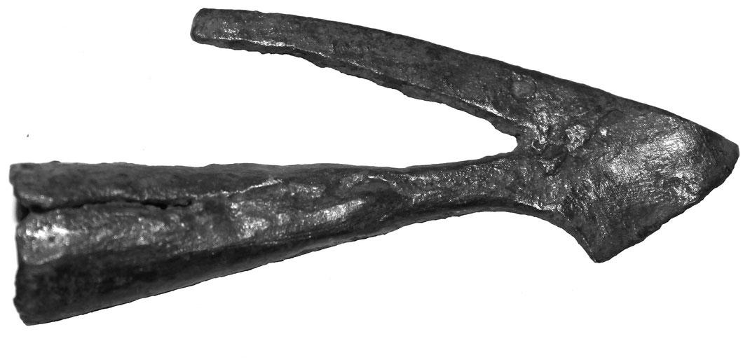 Mittelalterlicher Armbrustbolzen mit Widerhaken - ein massiver Flügel ist abgebrochen