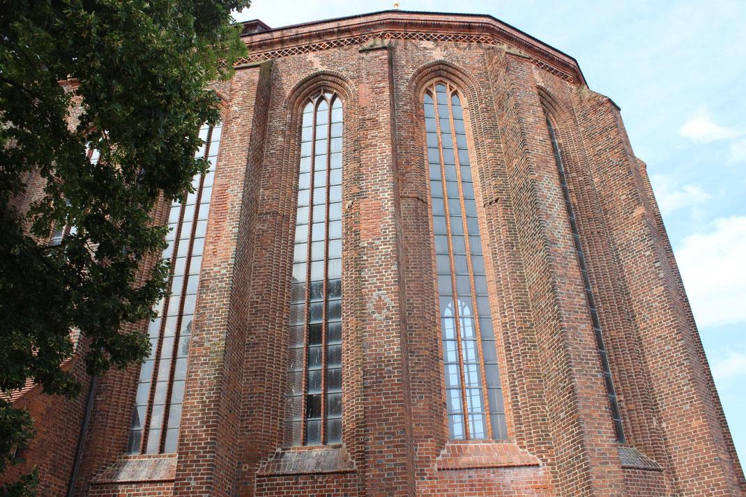 Ihre Form und Gestaltung der Fenster erinnert an die Bauart der Klöster Churin und Lehnin (siehe weitere Artikel Ausflugstipps)
