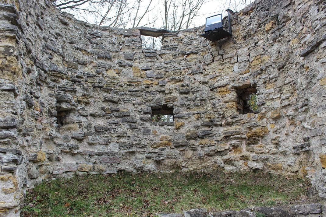 Innenansicht der Ringmauer mit Schießscharten zum Schutz des Hofes der Hauptburg.