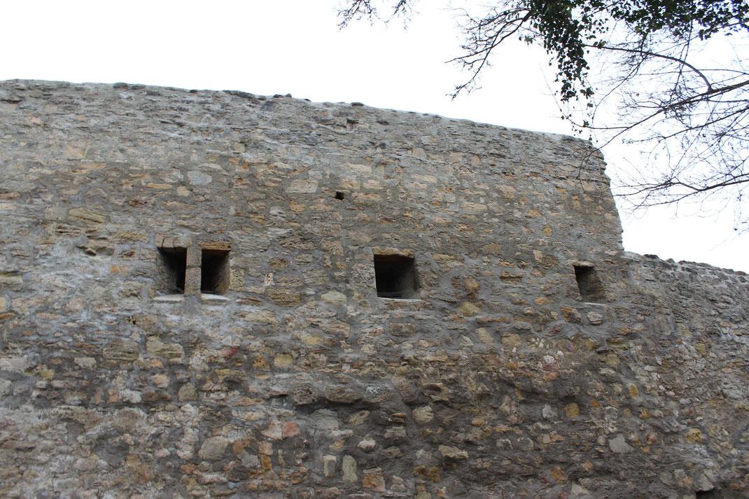 Schießscharten an der Ringmauer zur effektiven Verteidigung der großen Burganlage
