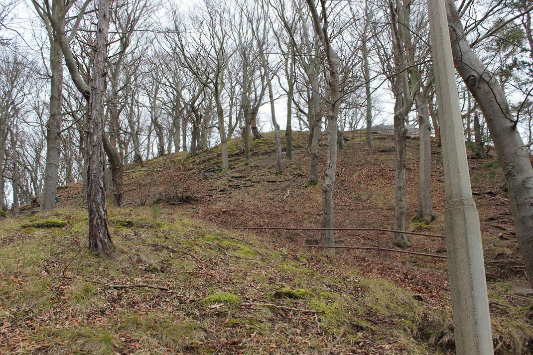Aufstieg zur Burg Greifenstein. Ein kleiner Parkplatz ist für Besucher vorhanden.