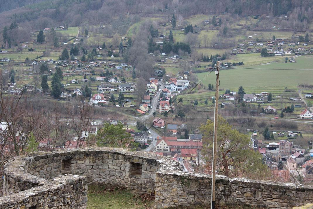 Der Blick von der inneren Ringmauer auf die äußere Ringmauer mit der dahinterliegenden Landschaft.