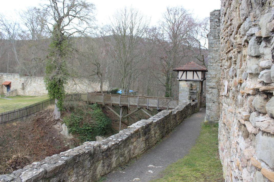Weitere Ansicht zur restaurierten Brücke (ehemals eine Zugbrücke) als Verbindung vom Palas zum Burghof.