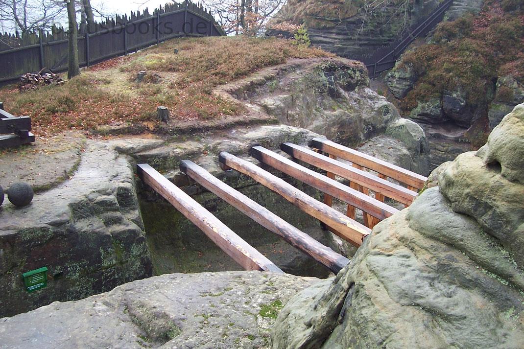 Bohlenstütze, Balkenstütze Nachbau auf der Ruine Neurathen Sächsische Schweiz