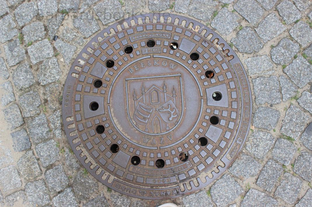 Eigene Gullydeckel mit dem Stadtwappen: 3 Sensenblätter und ein Zehnender Hirschgeweih
