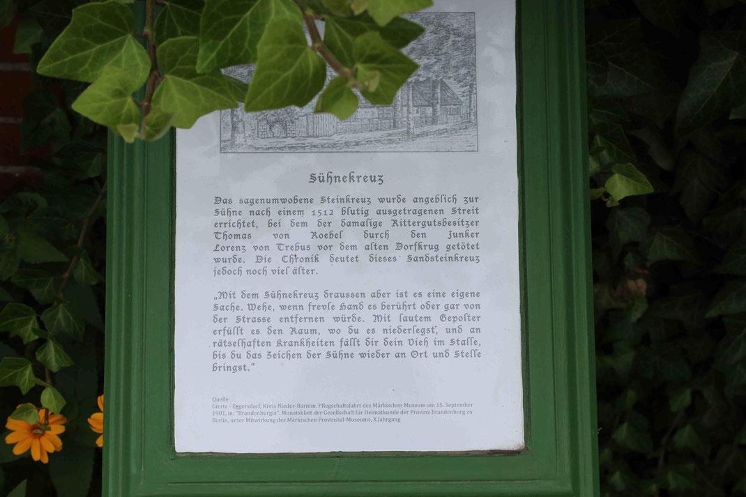 Die Hinweistafel zum Sühnekreuz in Eggersdorf (Märkisch-Oderland).