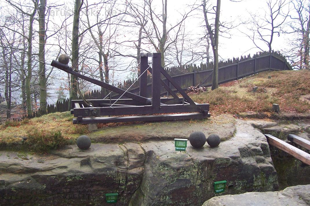 Steinkugeln, Palisade und Katapult auf der Felsenburg Neurathen