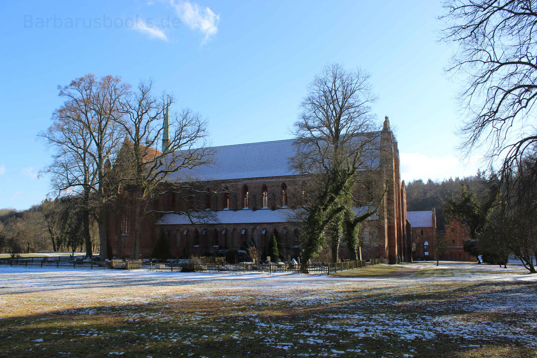 Kirchenschiff mit historischem Friedhof Kloster Chorin
