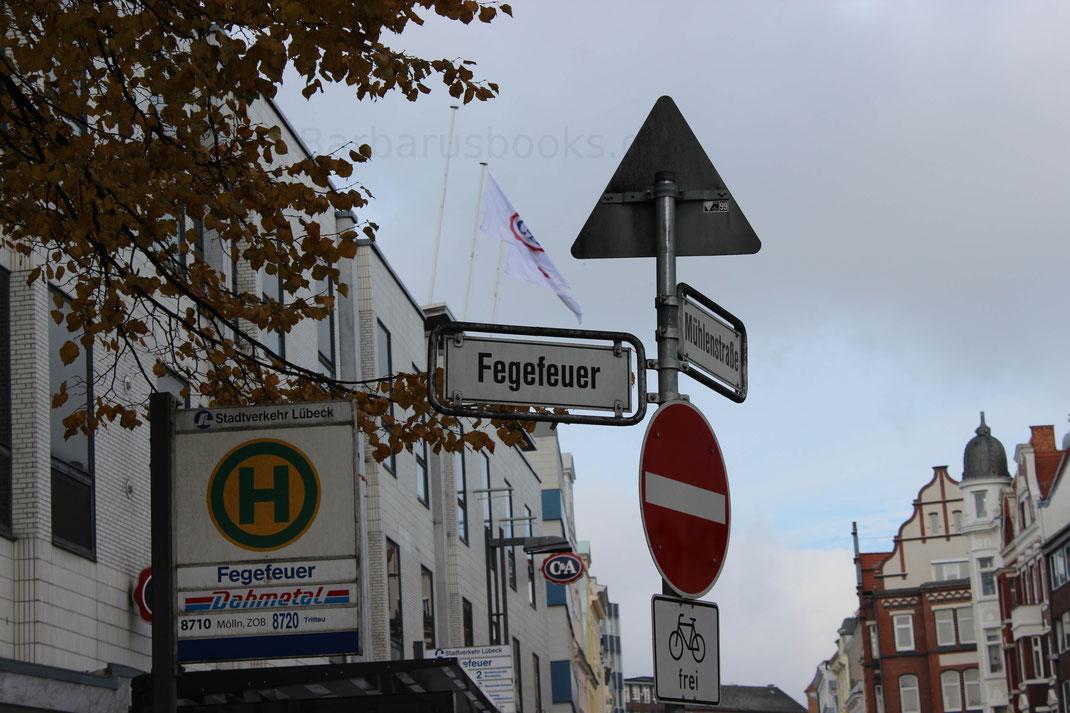 """Ungewöhnliche Straßennamen kommen in Lübeck häufiger vor. Hier die Straße """"Fegefeuer""""."""